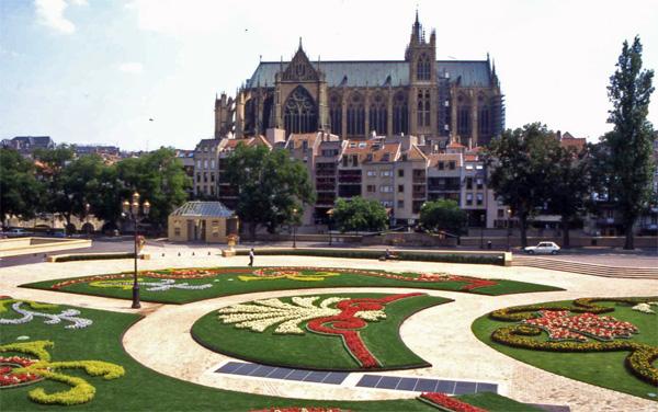 Metz ville fleurie de moselle au concours villes et - Cora en ville metz ...